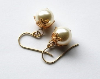 SET of 7 pairs large bridesmaid earrings, cream pearl earrings, 7 sets gold pearl earrings, pearl & Leaf earrings,  Silver or gold earrings