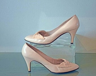 Memorial Day Sale Bruno Magli Light Cream Pumps with 3 Inch Heels and Instep Bows Size 7 AA Narrow Width Made in Italy - GENUINE LEATHER