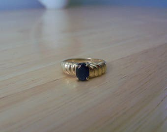 Vintage Natural Sapphire Solitaire Ring in Yellow Gold