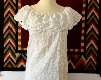 1970s Vintage White Cotton Eyelet Mexican Peasant Top