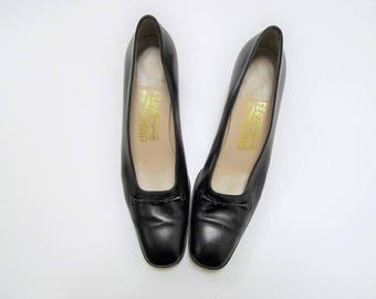 Salvatore Ferragamo . black leather pumps . size 7 4A . made in Italy