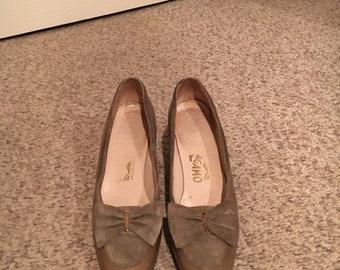 Vintage Salvatore Ferragamo Beige Bow Monogram Pump Shoes Size 5.5-6.5 AA/ Salvatore Ferragamo Beige Bow Heel shoes/Designer Vintage sHOES