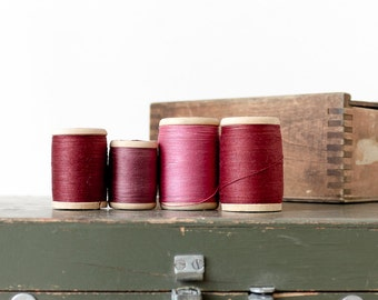 Wooden spools Thread spools Vintage sewing supplies Red decor Sewing room decor Photo prop Collectibles - set of 4