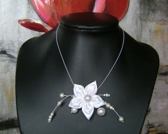 Necklace mounted on wire pearls, flowers