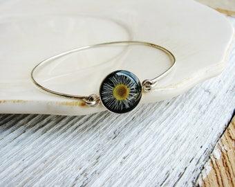 Pressed Flower Bangle Bracelet, White Daisy Stackable Bracelet, Stacking Boho Bracelet, Resin Jewelry, Silver Gift Ideas