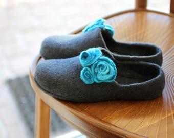 Felt wool clogs with flowers, felt slippers, charcoal gray slippers, felted wool slippers, women houseshoes, stylish home valenki, filz