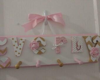 Sur mesure pour enfants nom signe Peg Rack - mur de chambre d'enfant lettres nom signe avec Coat Rack - Custom Shabby Chic nom Plaque 6 lettres pour enfants