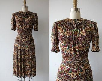 1940er Jahre Vintage Kleid / 40er Jahre Blumen Viskose Jersey-Kleid / späten 1930er Jahren Viskose-Jersey-Kleid / Blumen & Paisley Home Front Schätzchen Kleid / kleine s