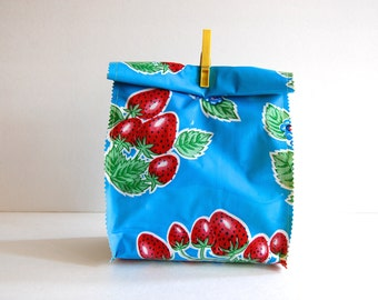 Oil cloth lunch bag in Blue strawberry