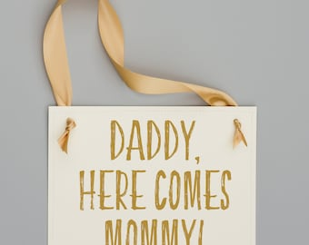 Daddy Here Comes Mommy Wedding Sign for Son or Daughter of Bride and Groom Ring Bearer Flower Girl Banner Page Boy Prop 1942 BW