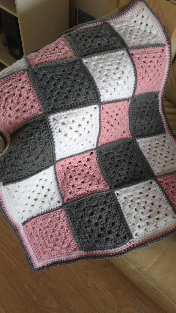 Crochet granny square b b couverture couverture de 60 x - Carre crochet pour couverture bebe ...