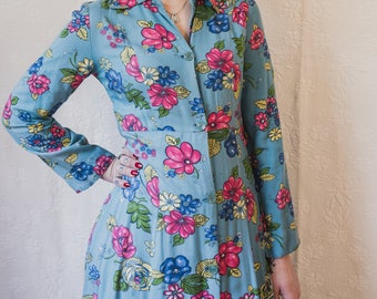 """1930s floral  housedress in the softest rayon fabric with huge bright flowers! 30"""" waist"""