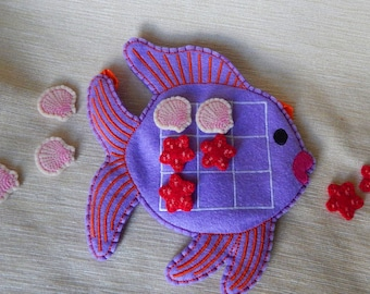 Tic tac toe game. Tic tac toe game from felt. Tic tac toe game in the form of fish. Tic tac toe game with sea animals.
