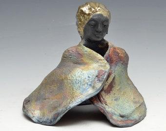 Sitzenden Kwan Yin Göttin Kannon Statue in schimmerndem und erdigen Raku-Robe