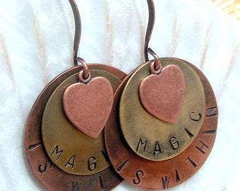"Handgestempelt, gemischten Metall Ohrringe, ""Magic ist innerhalb von"" mit Herzen, Schmuck, Ohrringe"
