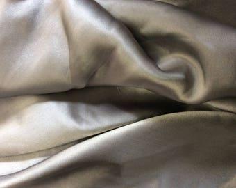 Raso, di seta grigio d'argento reale venduto in multipli di 25cm