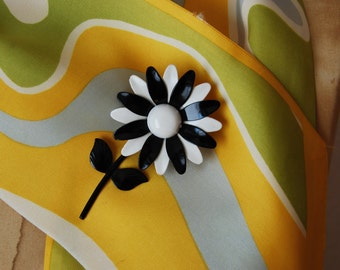 vintage DAISY flower child brooch / 1960s black & white mod floral pendant