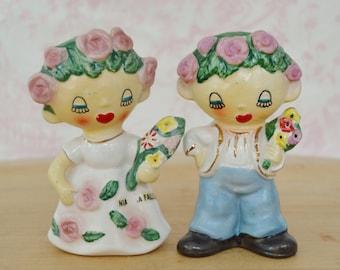 Vintage des années 1950 salière et poivrière de fleur mariée et le marié par Lipper & Mann Niagara Falls Souvenir