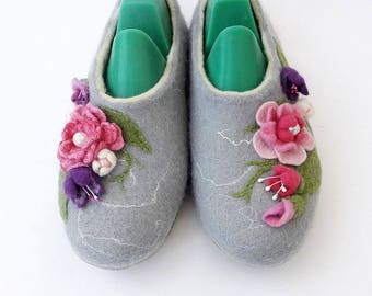 Wool house shoes - Women slippers with flowers - Felted wool slippers handmade - Shoes womens home - Custom slippers felted