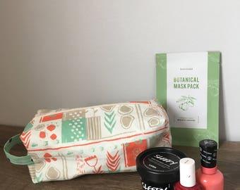Modern make up bag with zipper closure