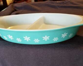 Vintage pyrex turquoise snowflake Cinderella divided dish 963 with lid 1950s
