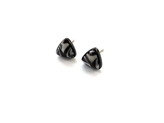 Black and white triangle stud earrings - Hypoallergenic pure titanium and resin