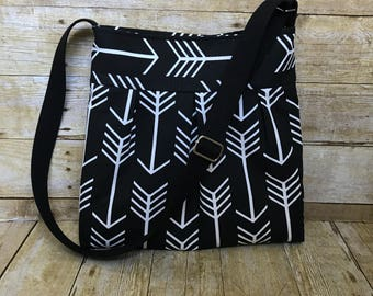 Arrow Crossbody Bag / Pleated Messenger Bag with adjustable strap - Black and White Arrow fabric purse with free keyfob