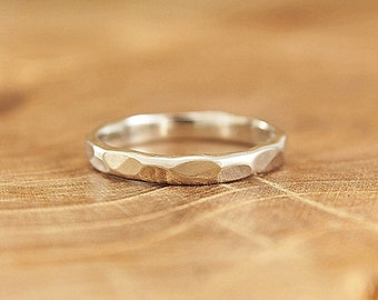 Hammered sterling silver band ring Simple stacking ring Minimalist everyday jewelry Shiny faceted band Modern understated jewelry