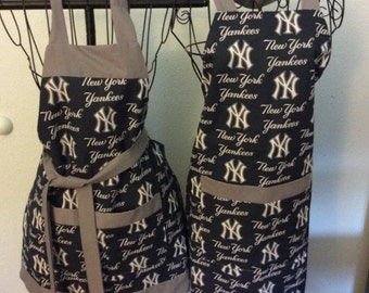 MLB New York Yankees His and Hers Tailgating Apron Set