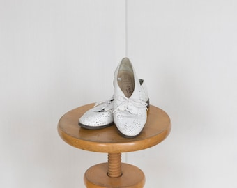 Vintage white leather cutout shoes