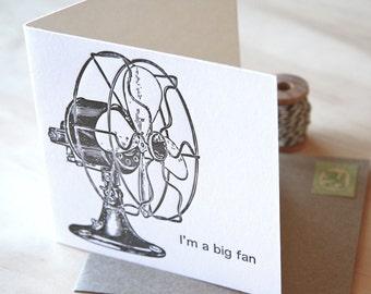 Fête des pères, fête des mères Im un grand fan carré - toutes les occasion typographie carte fan de vintage ventilateur rétro noir et blanc avec enveloppe kraft