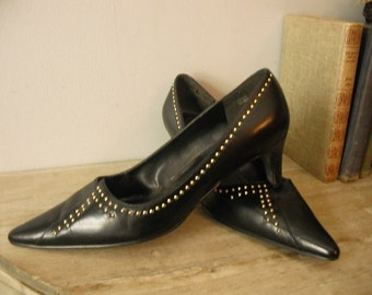 vintage  80s Pointy toe Black pumps with BRASS studs ... womens 9 Retro Kitten Heels