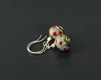Grau rot gepunkteten Lampwork Ohrringe, grau Artisan Lampwork Ohrringe, grauen Alltags Ohrringe, moderne Ohrringe, minimalistisch Ohrringe