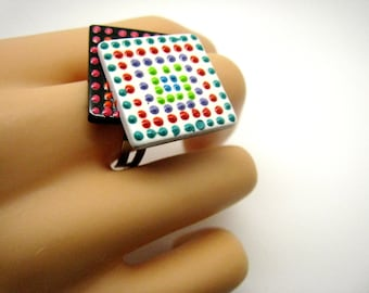 Ring dashed in relief, resin and paint 3.5 x 3 cm, Bohemian chic
