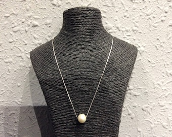 Pearl necklace cultivated with silver chain