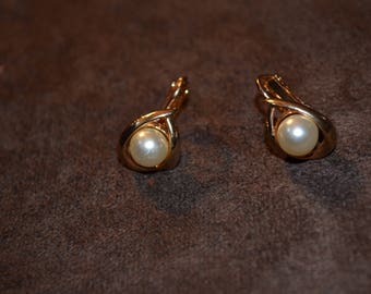 Vintage Clip On Earrings, Imitation Pearl in Gold Tone Setting.