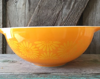 Pyrex nesting bowl, daisy pattern #444
