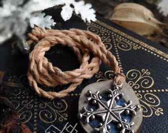 Muohta | Pendentif en ramure de renne et cuir de saumon | Inspiration bijoux scandinaves et finno-ougriens | Tenntråd