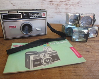 Vintage Instamatic Camera 104 with 7 flashcubes and manuel