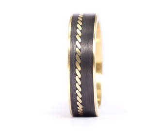 18ct gold and carbon fiber twill. Unique gold wedding band. Water resistant and very durable (04704_6N)