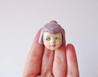 Antike Puppe Brosche Sophie - handgefertigte Paperclay Puppe Pin