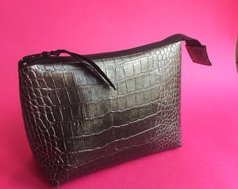 Makeup leatherette grey crocodile with glitter, inner pink