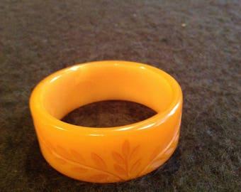Beautiful vintage butterscotch floral Bakelite bangle bracelet