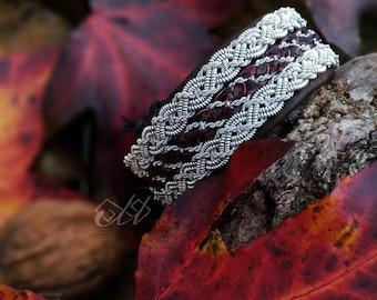Sunná og Eijá | Bracelet en cuir de saumon et fil d'étain | Inspiration bijoux scandinaves et finno-ougriens | Tenntråd