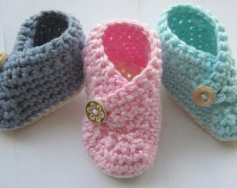 Chaussons bébé, chaussons au Crochet, lit bébé chaussures / / en 100 % coton / / vous choisissez la taille et la couleur / / cadeau de Shower de bébé ou de révéler la grossesse