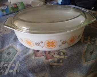 USA Vintage Town and Country Pyrex Casserole Dish 2  1/2 QT.