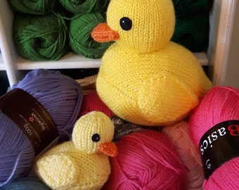 Rubber Ducks knitting pattern - PDF - cute rubber duckies! Easy beginners pattern, cuddly toys. Knitted bathroom decor.