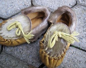 SALE Vintage hand made children's moccasins / toddler's deerskin moccasins / fur trimmed slippers / Native American Moccasins