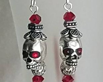 Metal skulls earrings with hat and red crystals