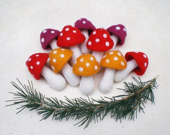 10 champignons en laine feutrée, décoration de Noël inspiré par la nature, champignons décoratifs à suspendre, champignons rouges et blancs